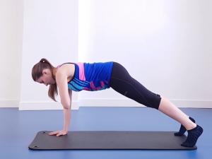 Pratimas, padedantis sustiprinti pilvą, sėdmenis bei rankas